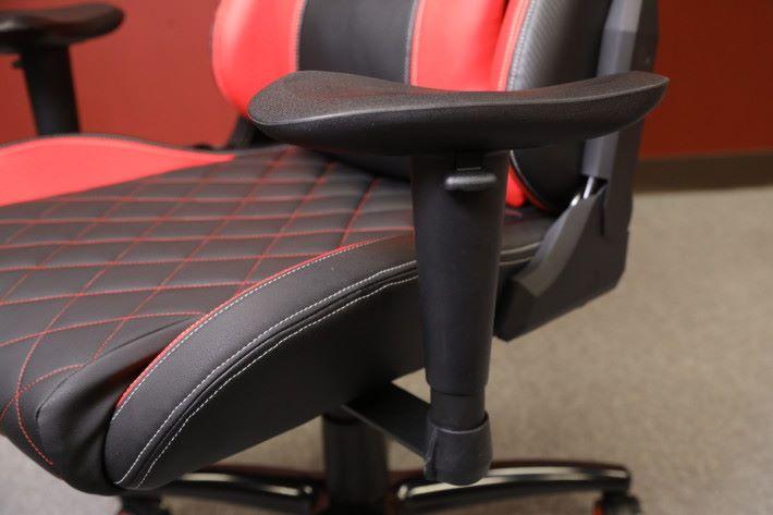 手枕位置的設計可以調校高度及角度。