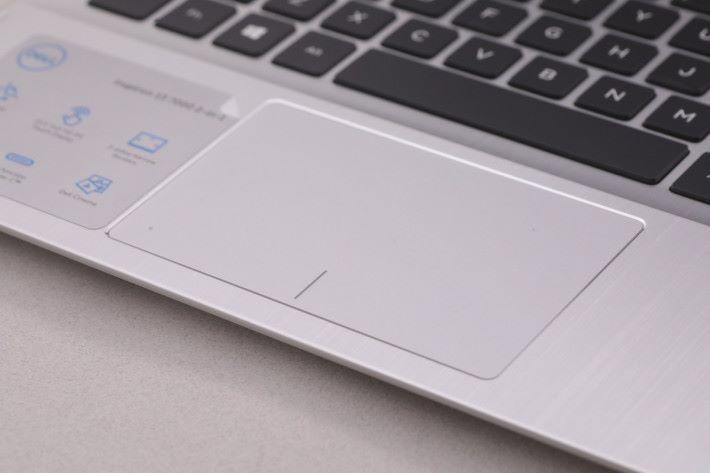 Inspiron 13 擁有特大的 Touch Pad,操作起來相當靈敏方便。