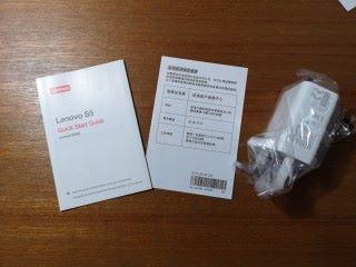 開箱後, Lenovo 行貨手機內附有英製三腳充電器、保用證及一份紅色 Lenovo 商標的說明書。