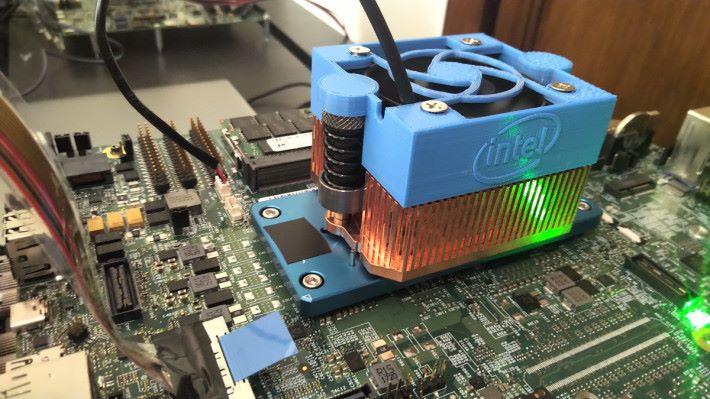 散熱器底下便是 Sunny Cove 核心的 CPU,採用 Gen 11 內顯。Source:Anandtech