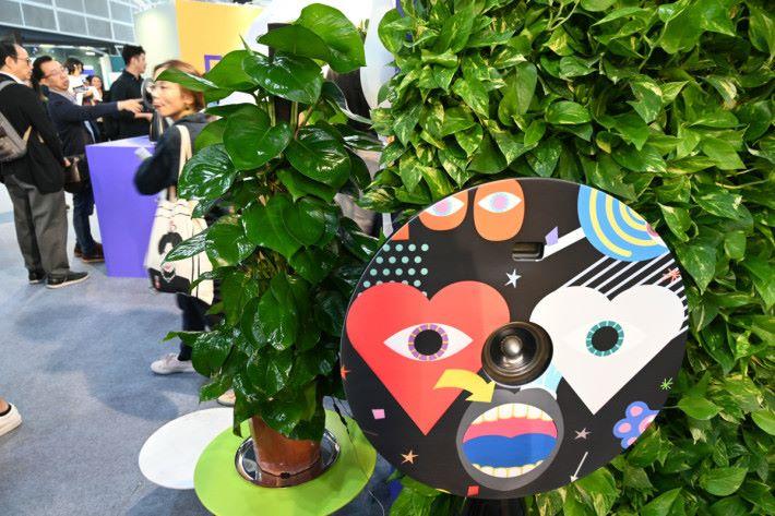 作品運用了 Arduino ,將植物與經設計的音樂裝置連接,當人接觸植物時,因電壓不同,而產生不同頻率的音樂。