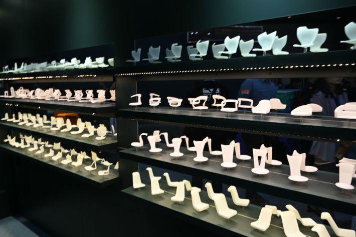 利用 3D 打印技術將椅子設計打印出來,經過多次反覆設計與改良後,才能做出滿意的製成品。