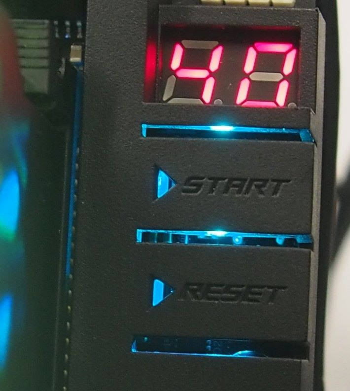 設有 Debug LED、具特色的開關及 Reset 按鈕。
