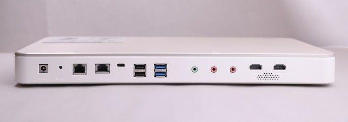 機背具備多個連接埠,例如有右邊的 10G / mGig LAN、左邊的 Gigabit LAN,還有 USB Type-C 埠。