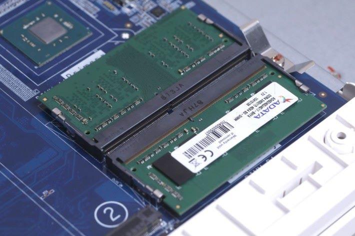具備 2 條 RAM 槽,最多支援 8GB。