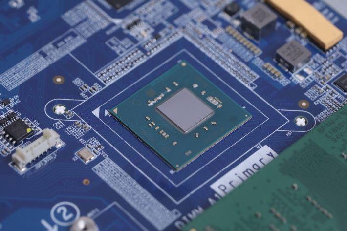 搭載 Intel Celeron J4105 CPU,並無 IHS「CPU 蓋」,打開機殼時要小心。