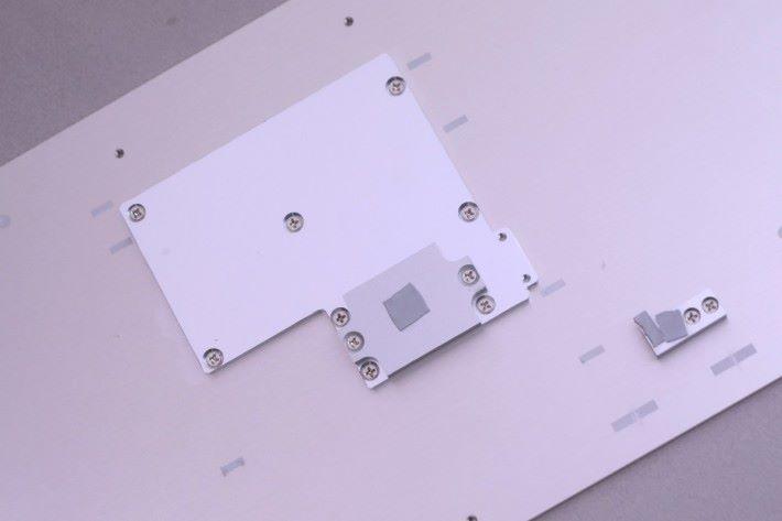 雖然金屬機頂平滑,但千萬別放雜物在上面啊,這樣會妨礙散熱。拆開機頂蓋掩,將其反轉,就會看到有鐵板和散熱膏緊貼著 CPU、10G LAN 和 MOSFET,有助帶動廢熱往機頂釋放。