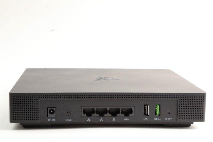 具備 1 WAN + 3 LAN,特別欣賞它用 Razer 綠色代表 USB 3.0,而非慣用的藍色。