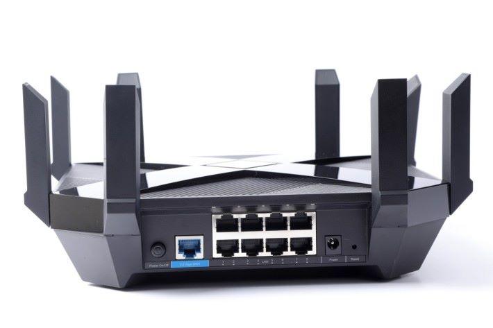 具备8 个Gigabit LAN 埠,其中第2 及第3 个支援Link Aggregation。