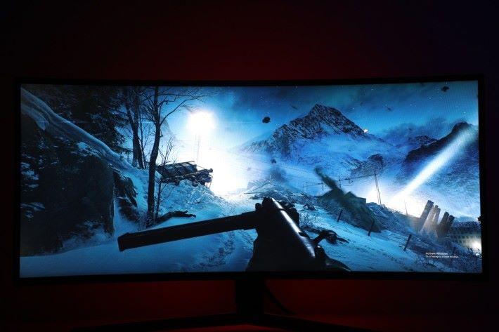 於《 Battlefield V 》中未開啟「黑色穩定器」的畫面,雖然場景略有氣氛,但假如對戰時要尋找敵人還是有一定難度。