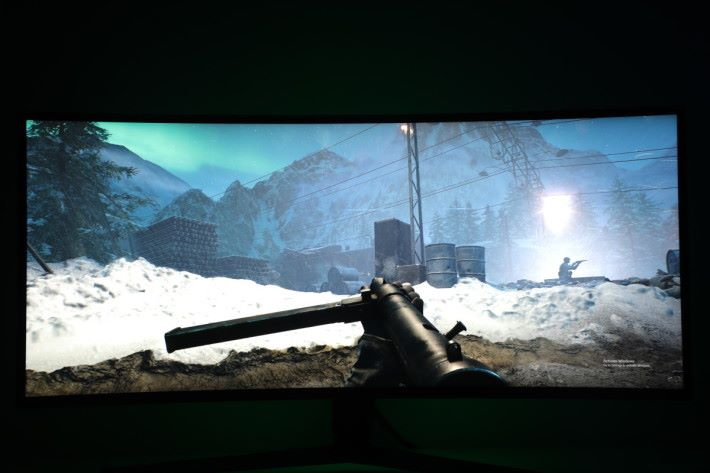 以 21 : 9 遊玩《 Battlefield V 》視野更加廣闊。