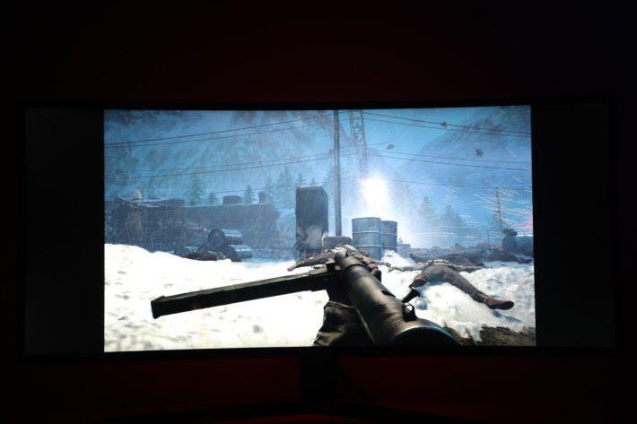 以傳統 16 : 9 比例遊玩《 Battlefield V 》,與 21 : 9 比較起來自然高下立見。
