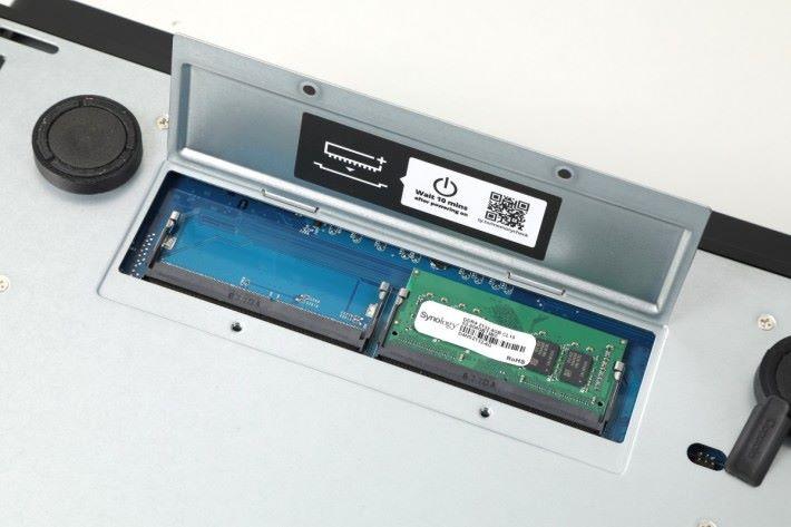 機底揭蓋,方便加 RAM。具備 2 條 RAM 槽,最高可擴充至 2 條 16GB ECC,即總共 32GB RAM。