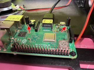 RPi 底板下用墊圈托起,只有這兩邊要扭上六角柱,也要先插好 HDMI 線