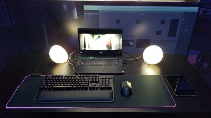 將 Philips Hue 的燈具接駁至 Razer 電競筆電,透過 Razer Synapse 3 軟件便可設定於遊戲或睇片時,亮起配合畫面環境的燈效。