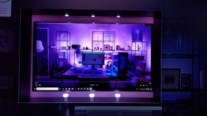 亦可於電視周圍加裝 Philips Hue 燈條、燈膽,再直出電視播放,有大畫面之餘也有同樣的燈光效果。