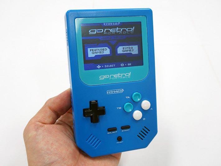 除了藍色機身外,外型和按鋌幾乎都跟 Gameboy 一模一樣。