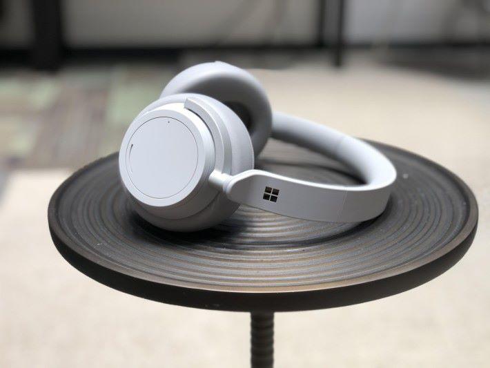 Surface 耳機需要用家自行安裝相關應用,才能使用智能助理服務。