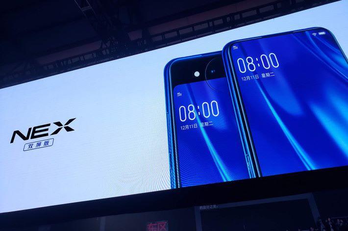 破格前後屏幕設計,令 NEX 雙屏版成為市場上最特別的手機之一。
