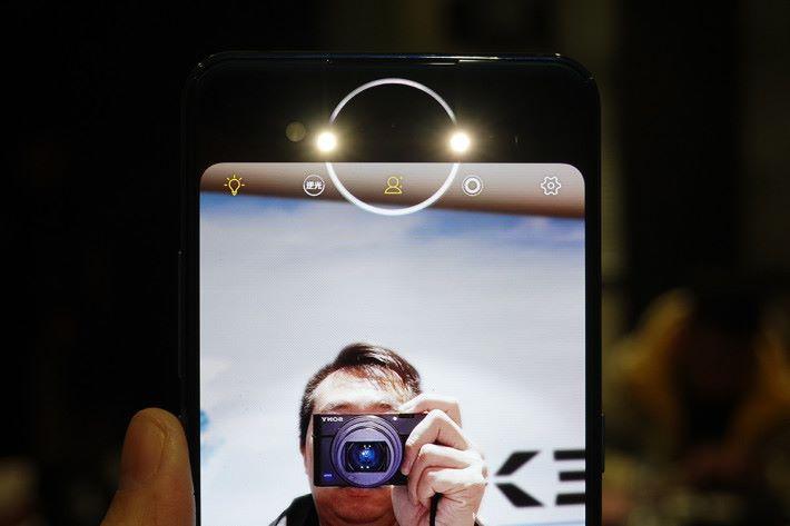 副屏幕上有一個 16 顆 RGB 燈構成的圓環,可因應不同場景而顯示出多樣化的燈光效果,更可與補光燈配合,變化成「眼神光」功能。