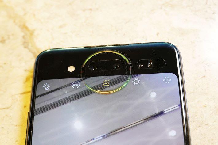 「星環屏」的上方,其實放置了一塊僅厚 0.5mm 及 24.6mm 直徑的玻璃,圓型上半部的邊緣更置入了 16 顆 RGB 燈,配合屏幕顯示下半個圓環,構成「星環燈」。