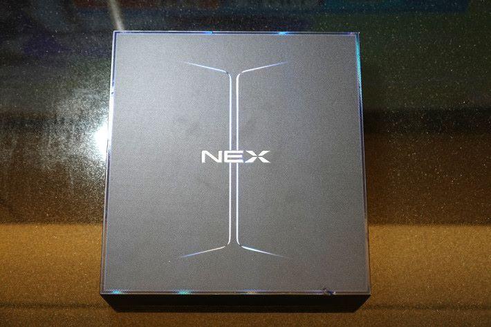NEX 雙屏版的包裝,盒面的設計暗示此機具備雙屏幕。
