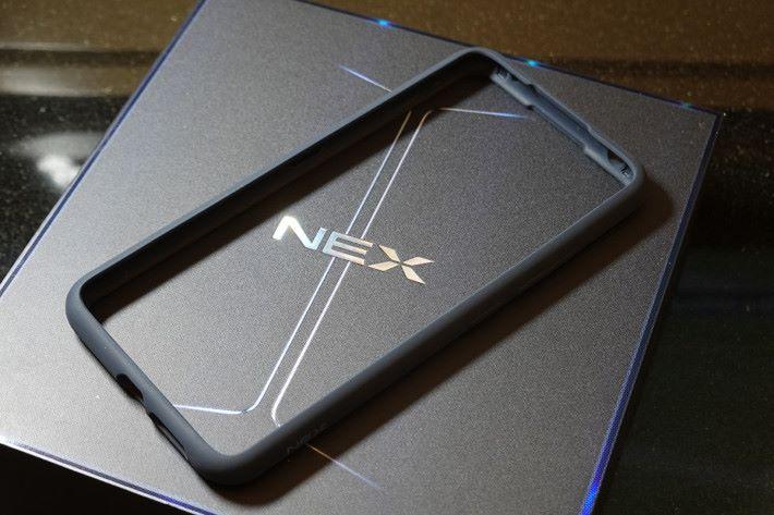 採用雙屏幕,自然不可使用一般的保護殼,NEX 雙屏版附送了 Bumper。