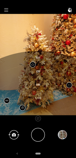 Pro Camera UI 可隨意調整暴光、快門及 ISO 值,滿足高階用戶拍攝所需。