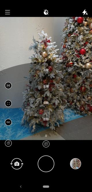 只要於快門向上滑動,即可啟動 Pro Camera UI。