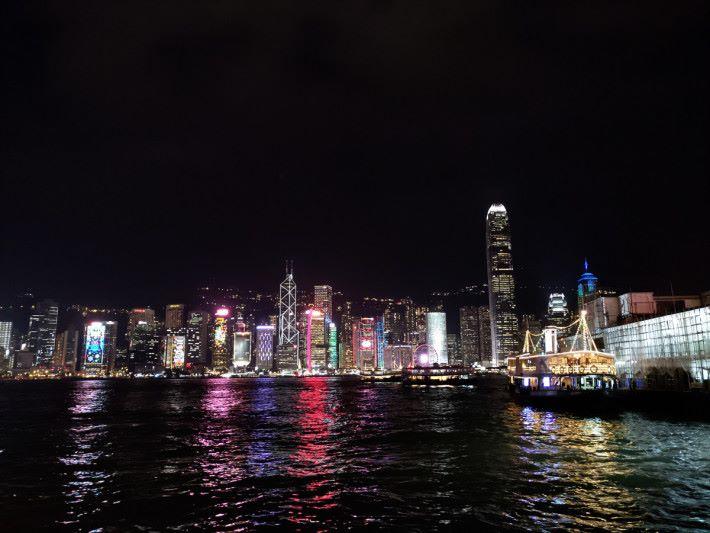 以全自動模式手持拍攝夜景,對岸樓宇很有層次感,霓虹燈飾沒有過曝,維港海面的光倒影及波浪也很細緻,甚至連碼頭的小輪內櫳也清楚可見。