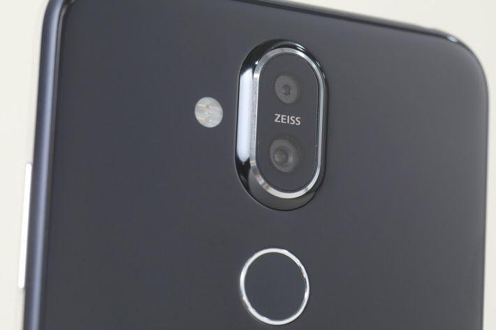 蔡司光學認證 12MP + 13MP 雙主鏡頭,內置光學防手震及支援 AI 場景辨識功能。