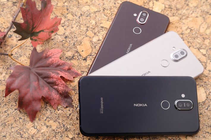 Nokia 8.1 備有藍色、酒紅色和鋼銀色三種可選擇。