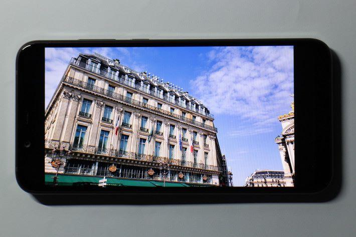 6.18 吋屏幕具備「PureDisplay」技術,支援 DCI-P3 寬色域,顯示質素出眾。
