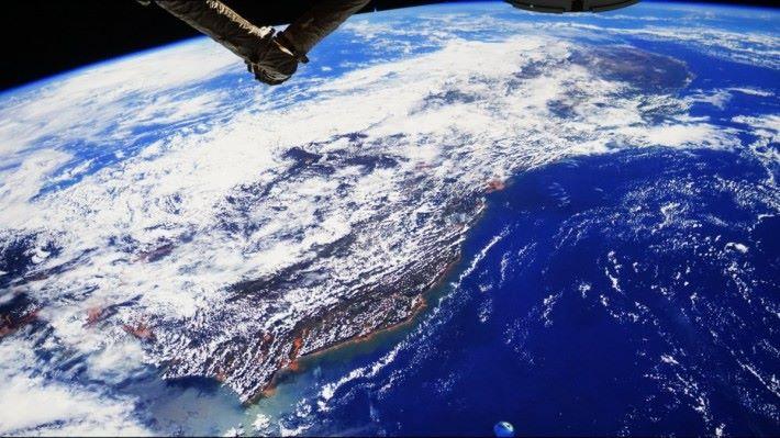 (P07).由國際太空站望向地球,以120寸投影畫面感受如太空館天幕一樣。