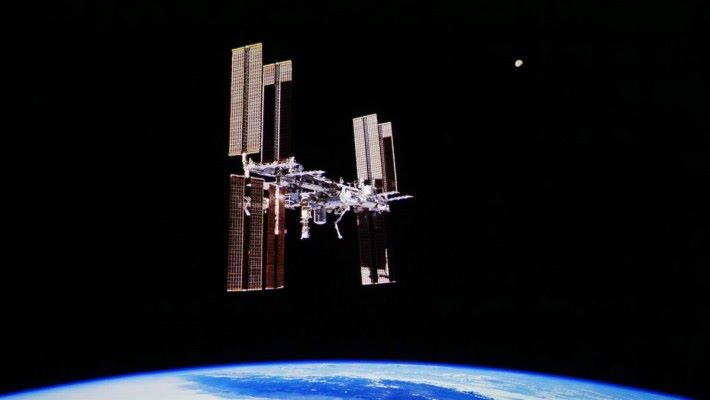 (P08).太空中有大量「試黑位」情景,光暗細節鮮明。