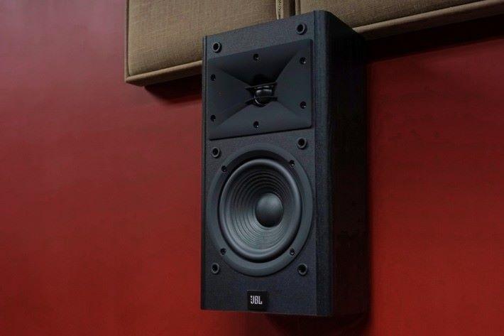 .《PCM》影音室使用的環繞聲喇叭是從美國 Amazon 訂購的 JBL Arena B15 ,貪其性價比高。不過在 iMAX Enhanced 要求下仍是「唔合格」!