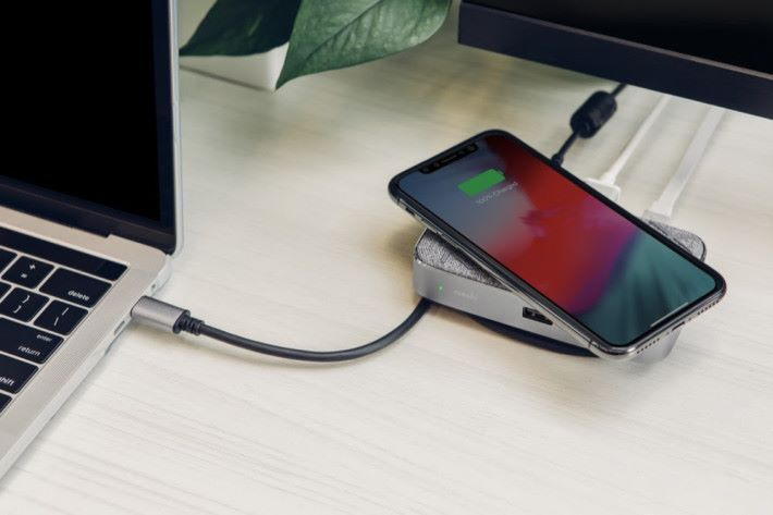 Qi 無線充電支援快充功能。