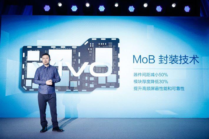引入新封裝技術,加上堆疊式元件設計,充分利用機內的空間,解決 5G 模組過大的問題。