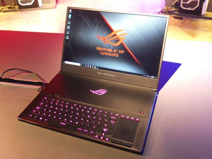 Zephyrus S GX701 縱使換上 GeForce RTX 20 系列顯示卡,也能保持在 18.7mm 的厚度,成為最薄的 17 吋電競筆電。