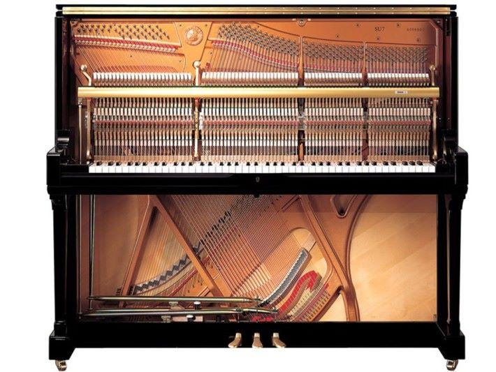 發音板位於鋼琴內部最後面的一塊大金屬鋼板。