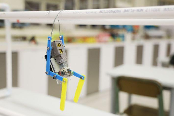 爬欄杆機械人的設計看似簡單,已涉及到重力及摩擦力等原理。