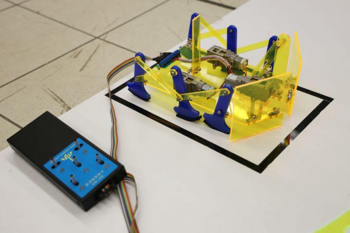 用五桿線控器,就能控制三個齒輪箱的踢球機械人了。