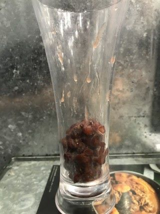 製作紅豆冰時,先加入紅豆於杯底。