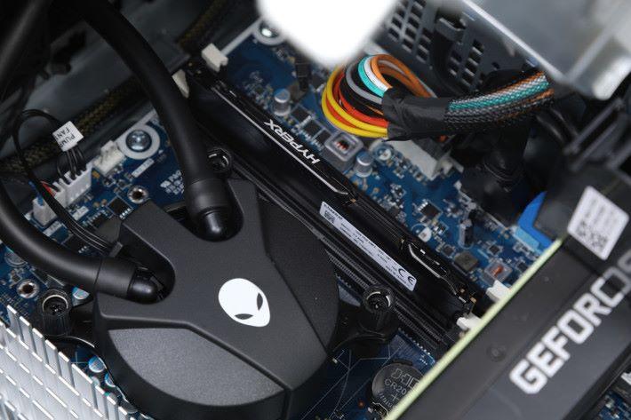 入門版僅配備單通道的 16GB DDR4 RAM,玩家可視乎需要擴充至最多 64GB 容量。