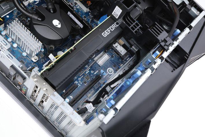 Aurora R8 系列已預留足夠空間,可讓玩家安裝兩張顯示卡並以 SLI 模式運作。