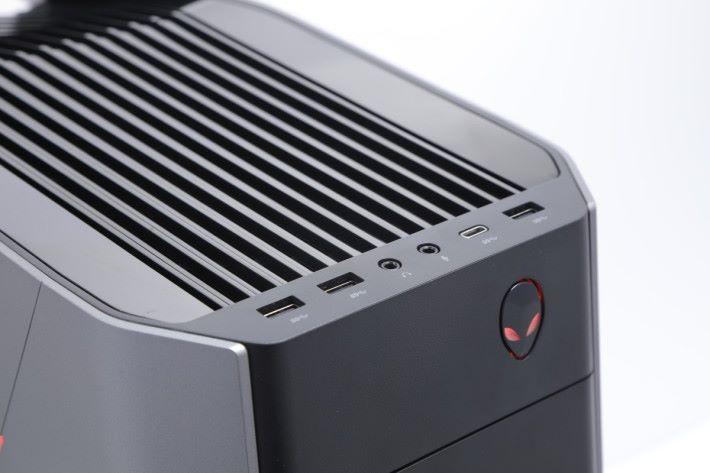 機箱前方位置提供多達 3 組 SuperSpeed USB 3.0 端子及 1 組 SuperSpeed USB 3.0 Type-C,方便接駁外置硬碟或連接手機。