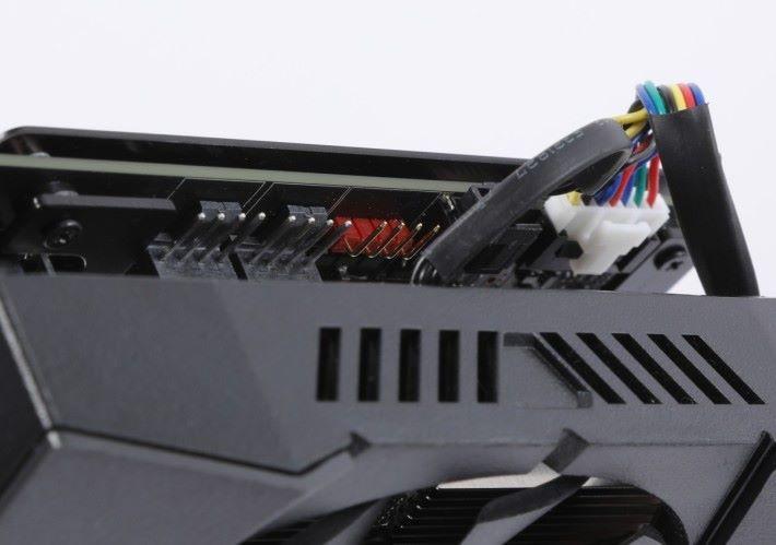 擁有 ASUS FanConnect II 設計,可支援額外兩把風扇以提高散熱性能。