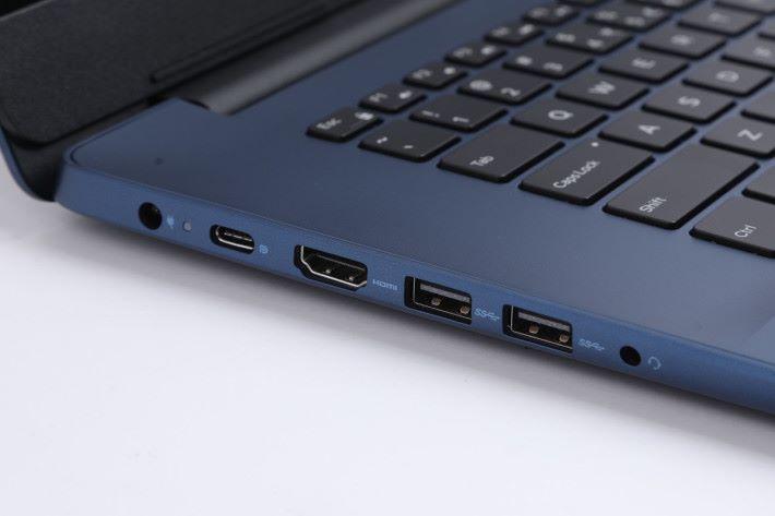 機身兩側備有多達四組不同規格的 USB 端子,無論新舊周邊配件都能夠使用,加上備有 HDMI 1.4 端子可連接外置屏幕或投影機。