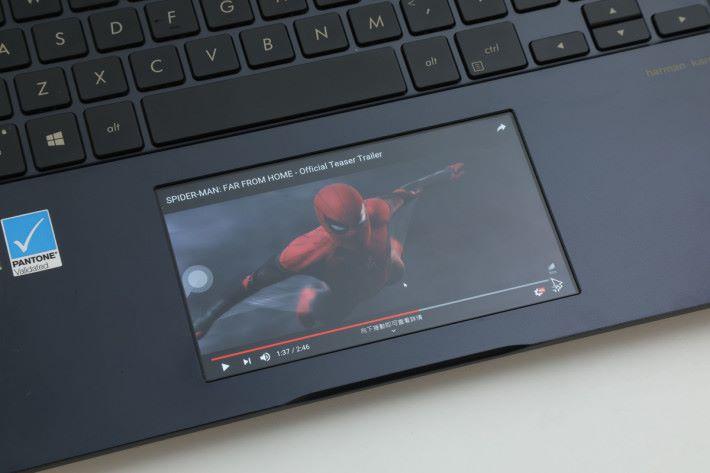 繁忙工作後,偷閒時用觸控板播放 YouTube,別有一番風味!