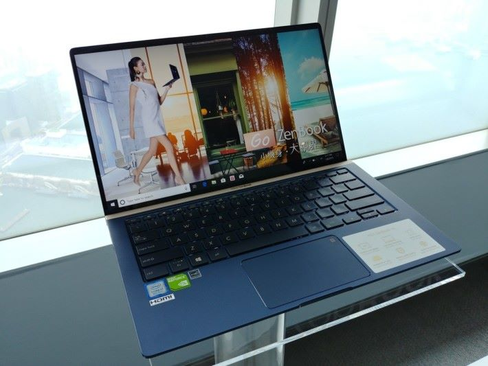 ZenBook 14(UX433)同樣用上四邊 NanoEdge 設計,讓屏幕邊框擁有接近「無邊框」的效果。